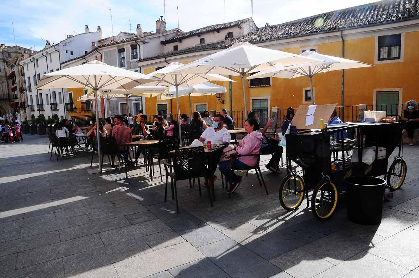 Una terraza de Cuenca. Lo lógico es que en verano puedan cerrar a las dos de la madrugada, aunque aún está por decidir.