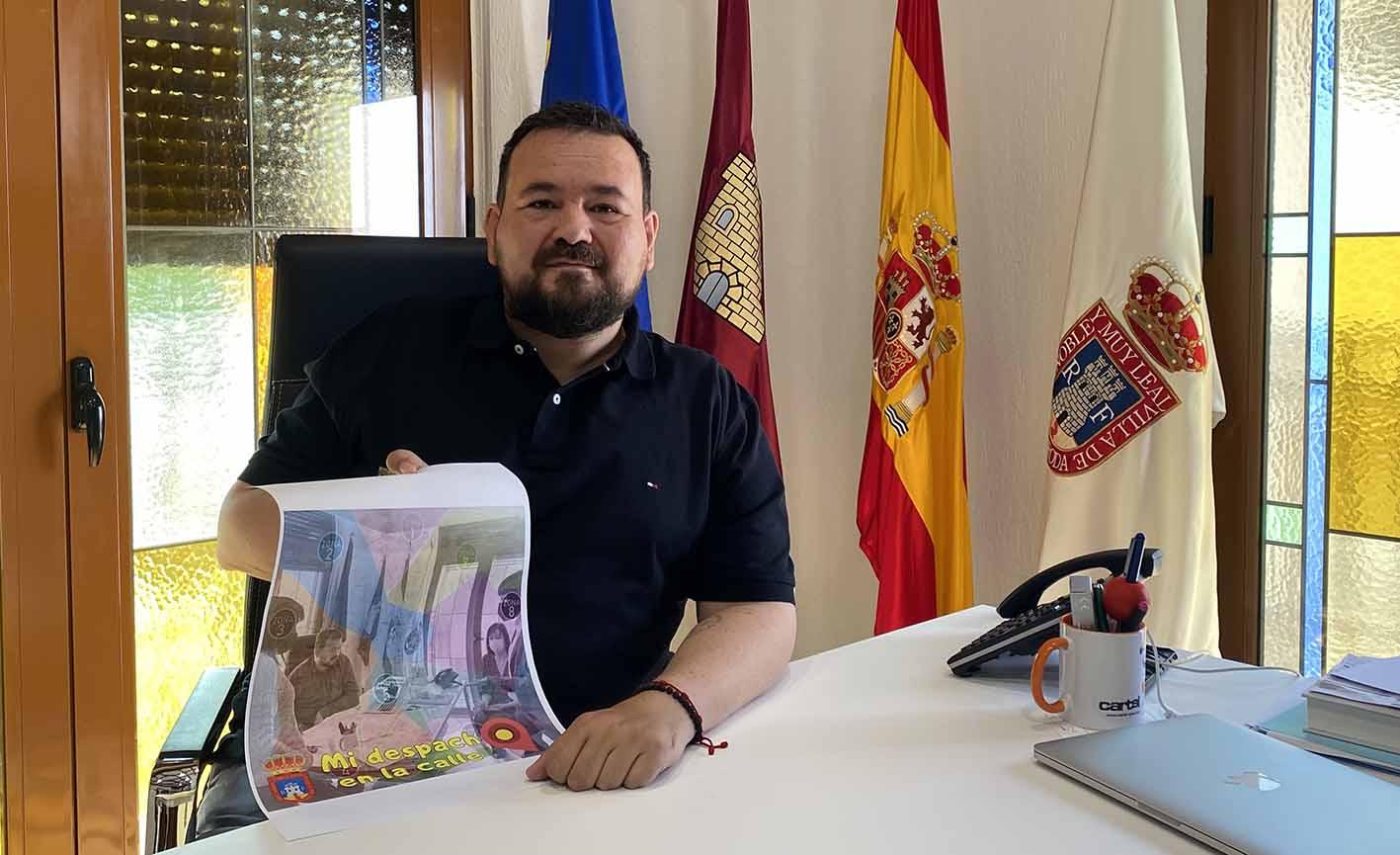 Juan Ramón Amores, alcalde de La Roda, que saca su despacho a la calle