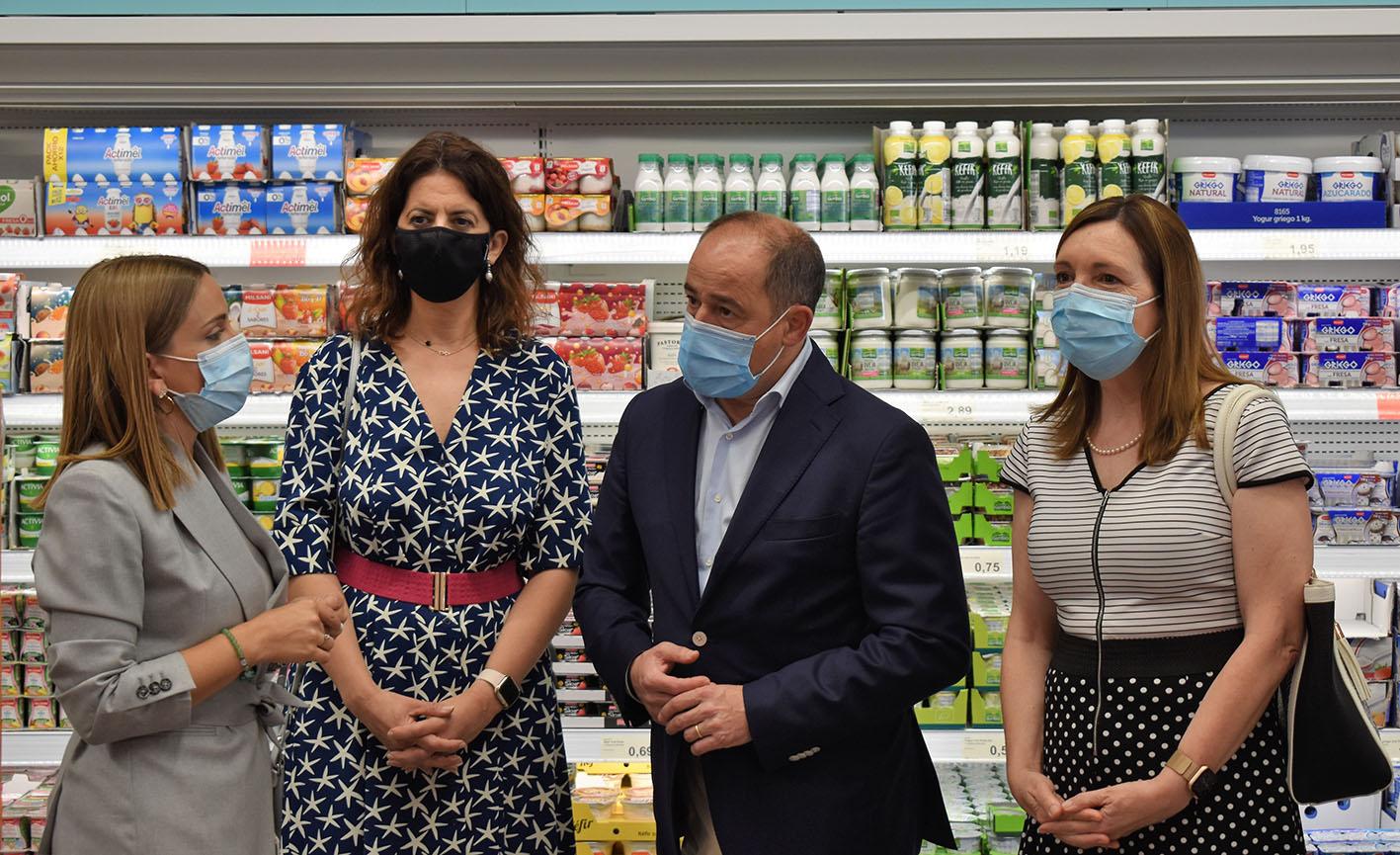 Emilio Sáez, alcalde de Albacete, durante la inauguración del supermercado ALDI en la ciudad.