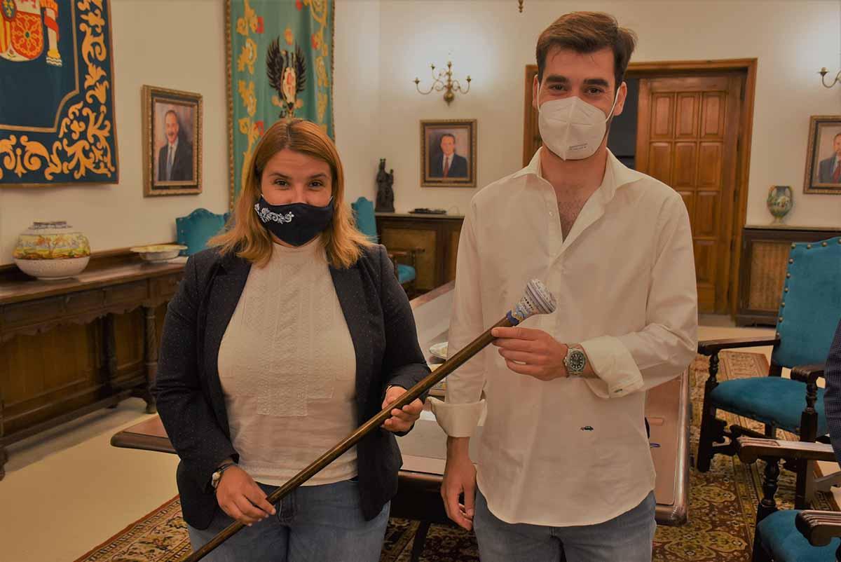 Tita García Élez entregó a Manu Trigueros el típico bastón de Mondas