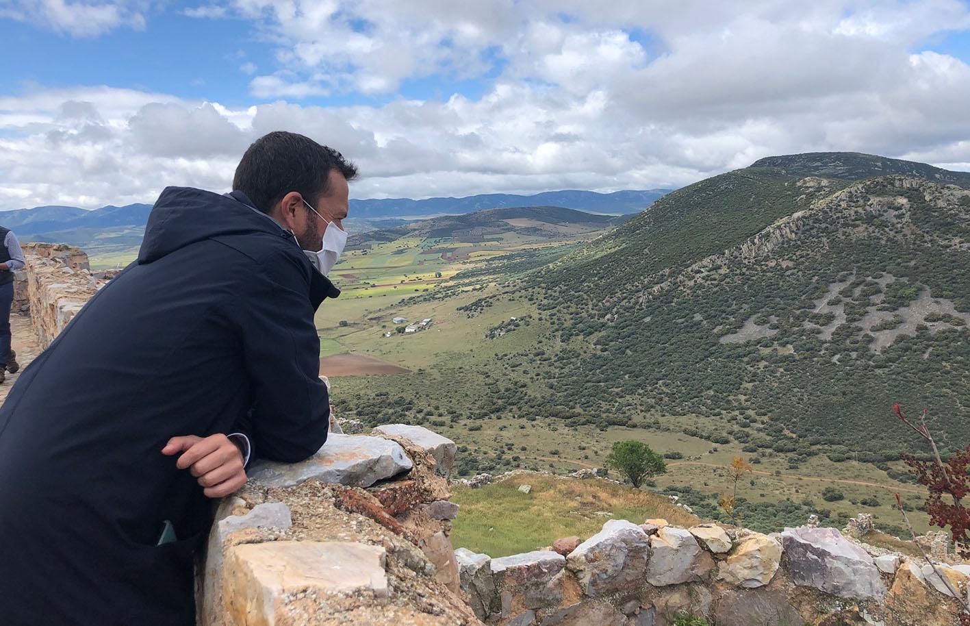 El consejero de Desarrollo Sostenible, José Luis Escudero, disfrutando de un bello paraje de Castilla-La Mancha. En julio y agosto habrá rutas variadas y gratuitas.