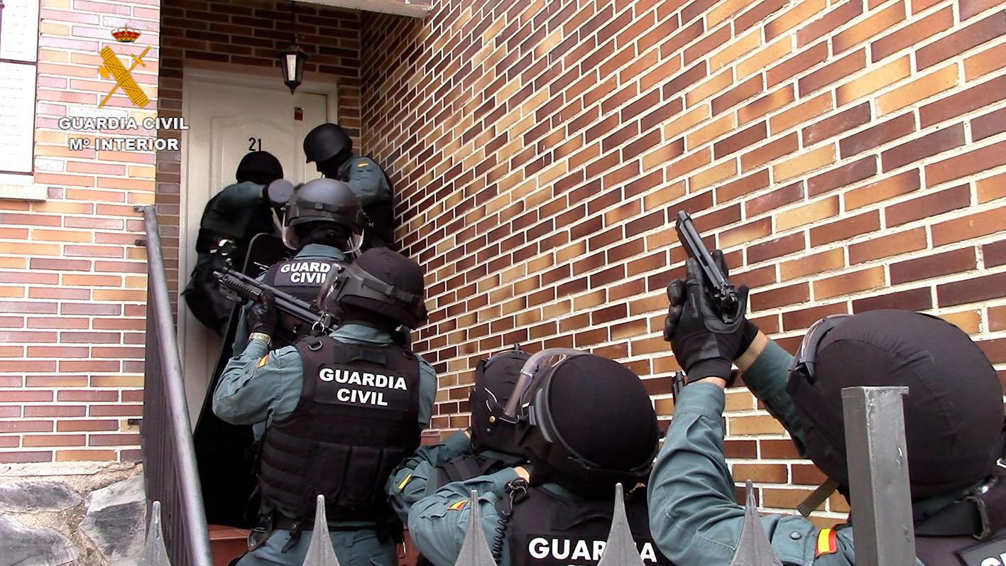 La Guardia Civil, en el momento de entrar en una de las viviendas donde había gran cantidad de marihuana.