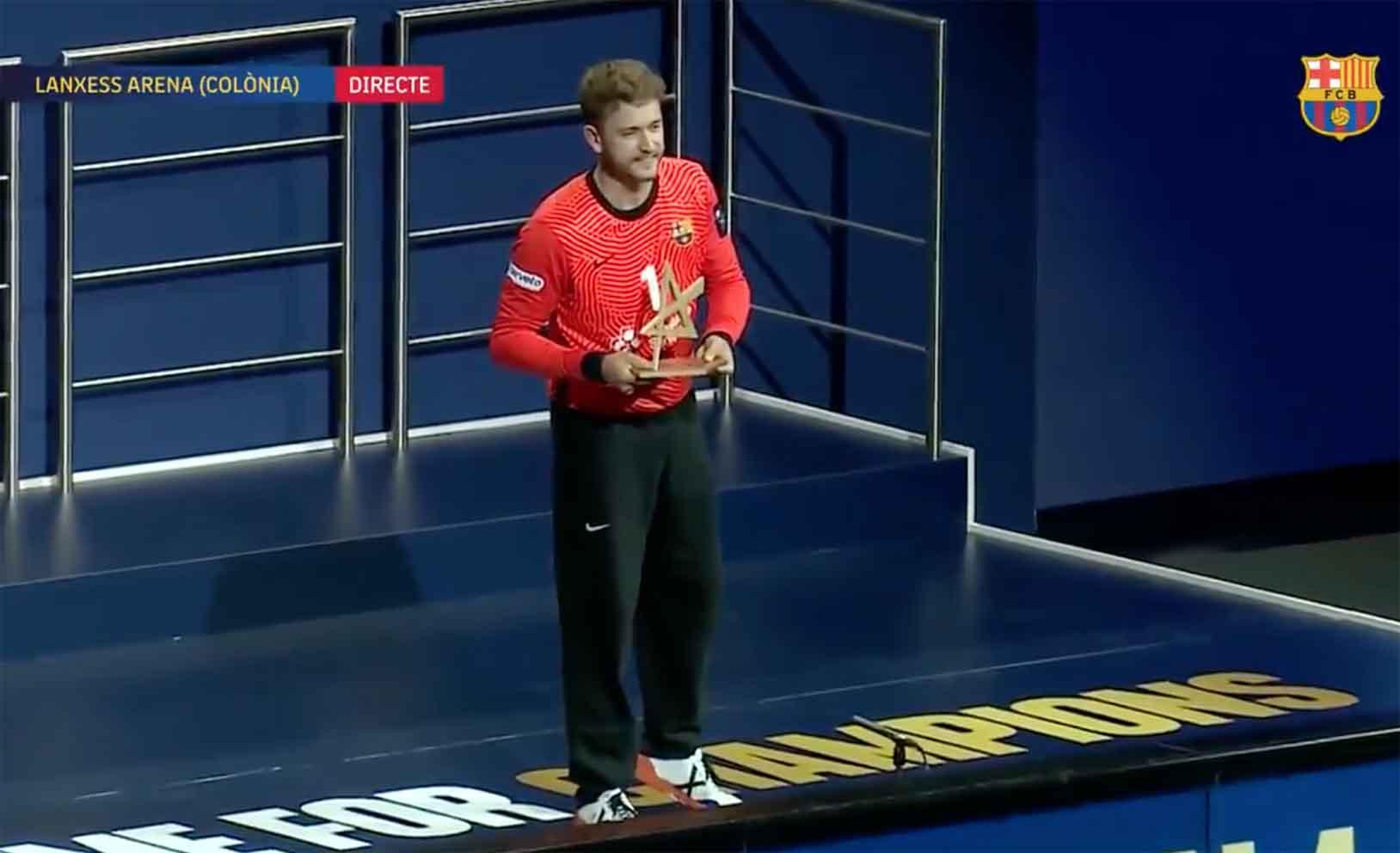 El meta toledano Gonzalo Pérez de Vargas recogiendo el premio de MVP.