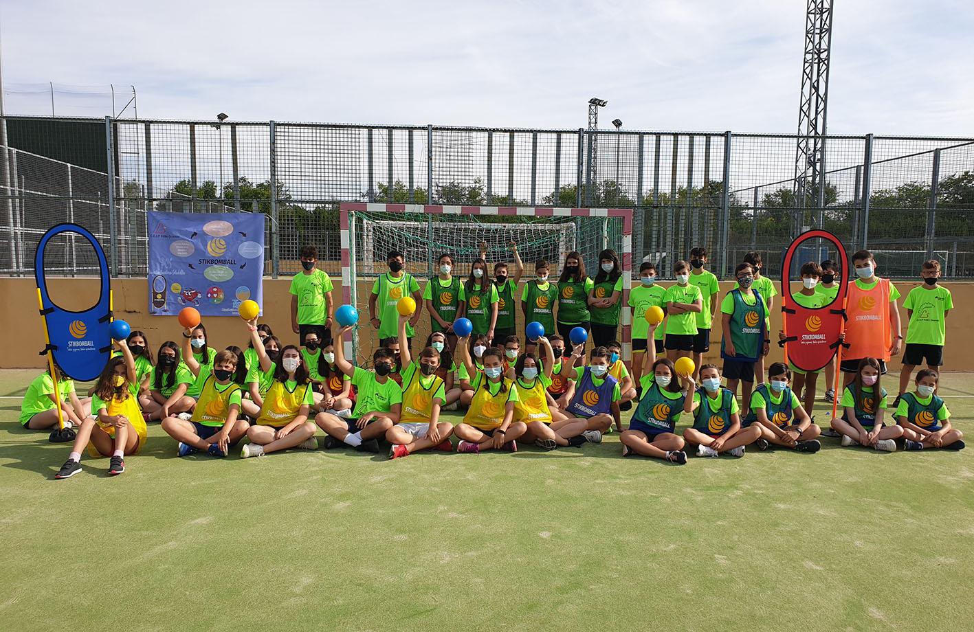 Alumnos del colegio Félix Grande, de Tomelloso, quienes han disfrutado con el nuevo deporte inventado por uno de sus profeores, el stikbomball.