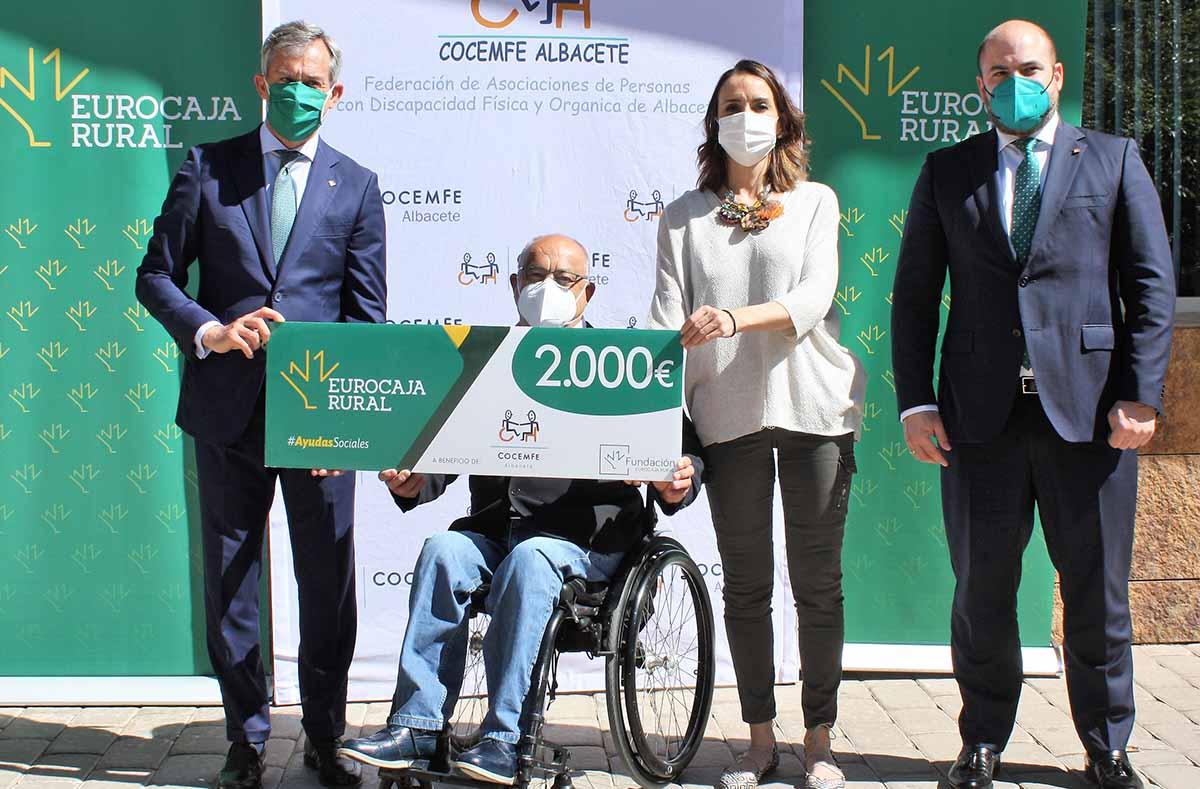 """Acto de entrega de los 2.000 euros de la """"Ayuda Social"""" de la Fundación Eurocaja Rural a Cocemfe Albacete"""