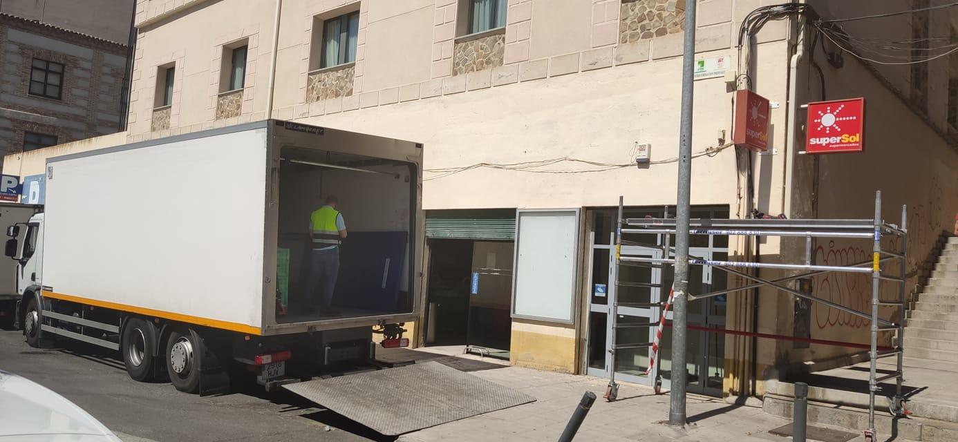 En el Supersol de Marqués de Mendigorría ya comienzan a desmontar los carteles de Supersol. Foto: Juan Antonio Navarro.