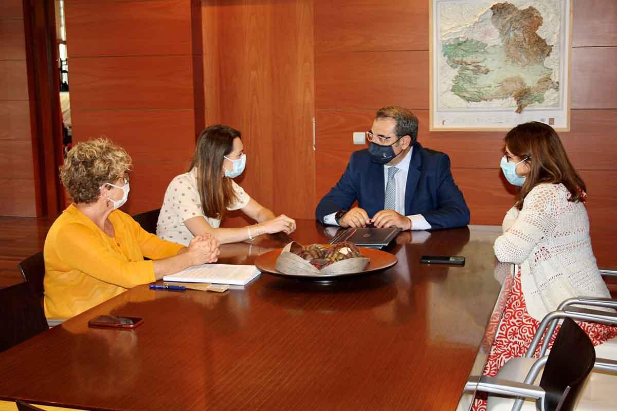 Acto de la firma del convenio entre el Gobierno regional y la Fundación Aladina