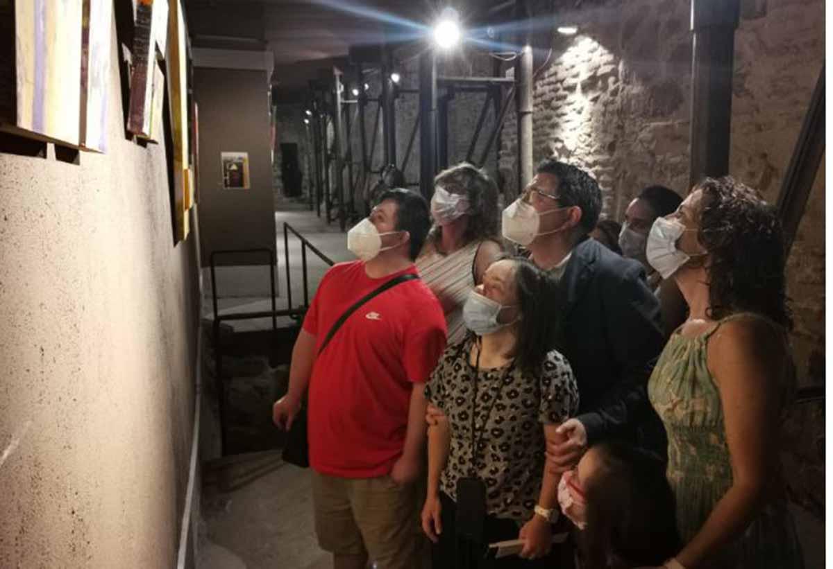 """Los artistas de Down Toledo, viendo su propia exposición """"Que nada nos separe"""""""