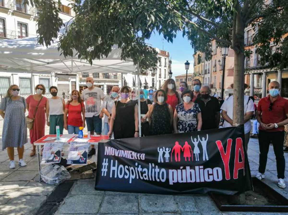 """Recogida de firmas del movimiento """"Hospitalito Ya"""" en la Plaza de Zocodover. Foto: Rebeca Arango"""