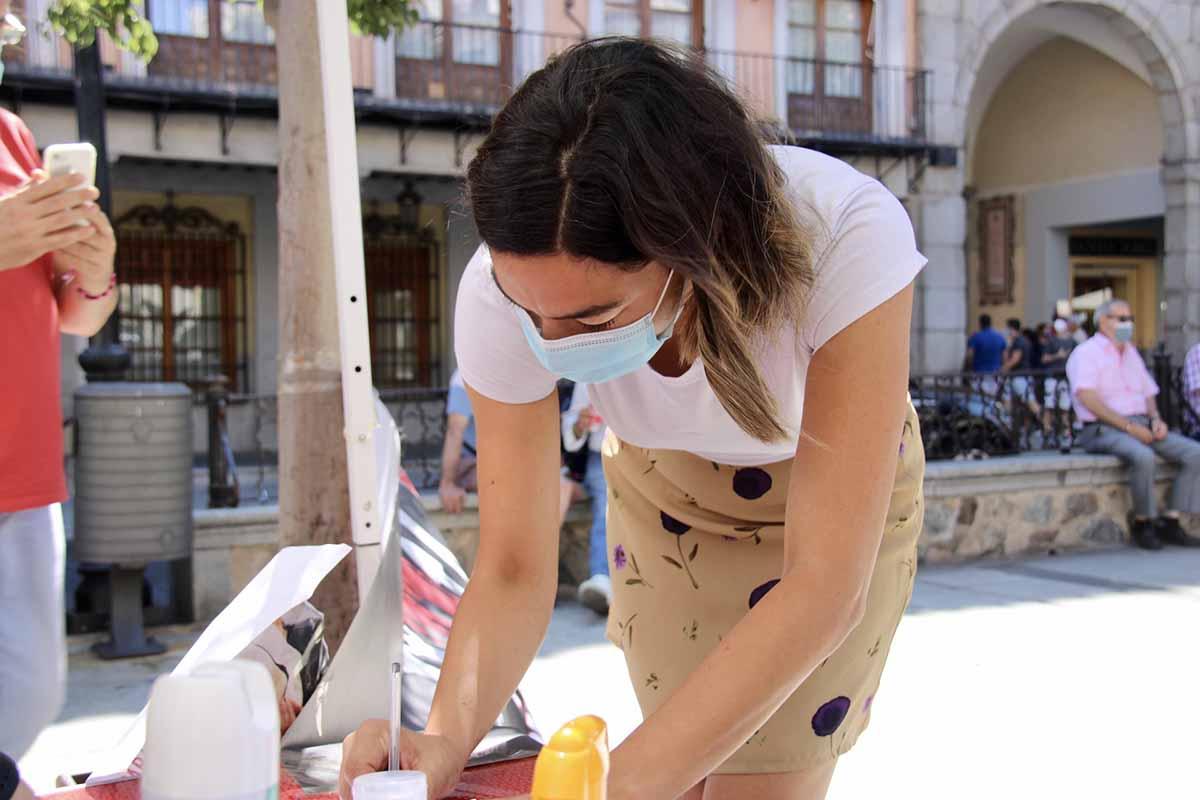 Claudia Alonso, firmando a favor de que se abra el Hospitalito del Rey como residencia de mayores