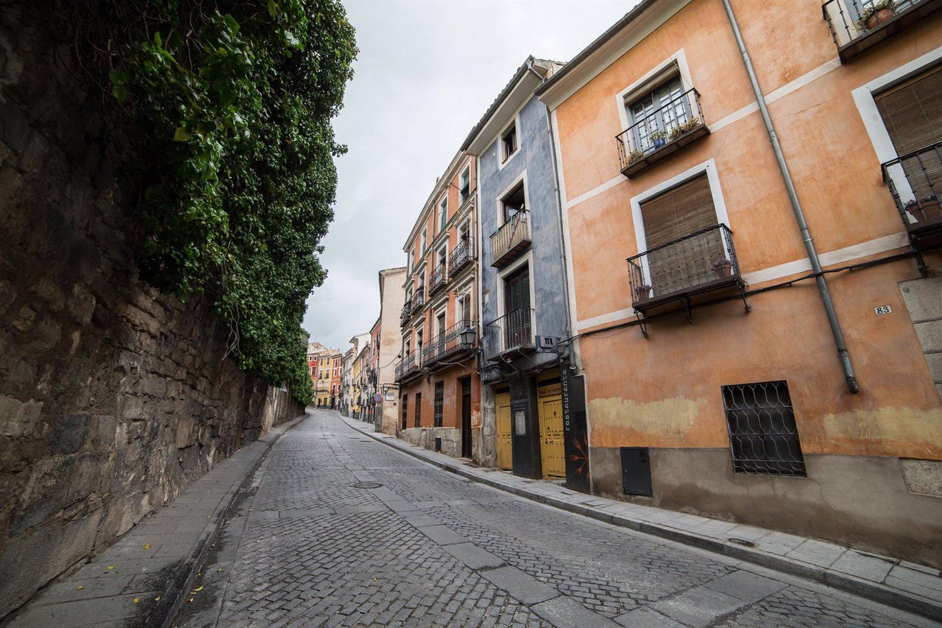 Calle Alfonso VIII en Cuenca, no exactamente el lugar del accidente, puesto que ha sido en la curva donde está el bar Las Brasas.