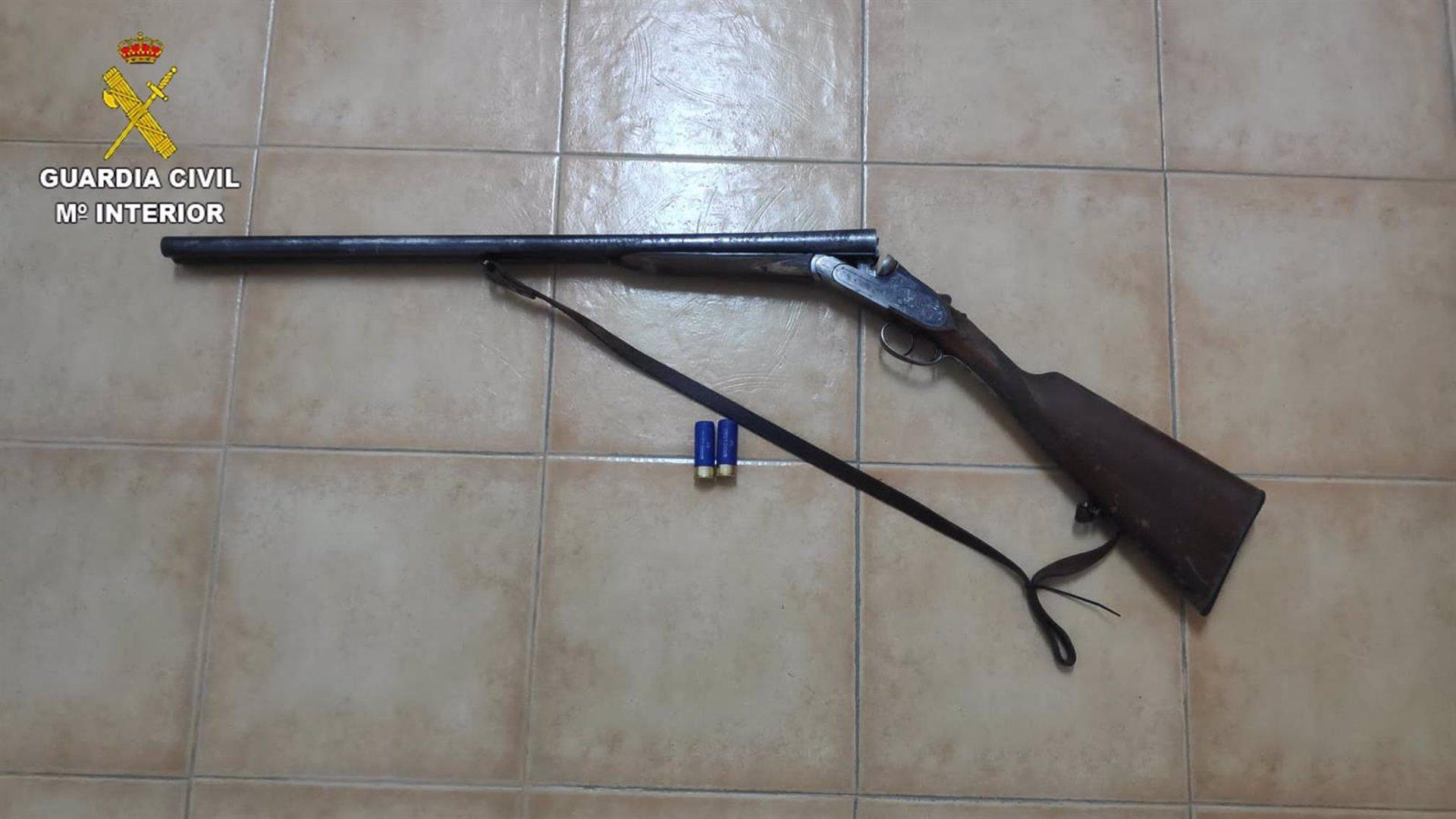 Imagen de la escopeta intervenida en San Martín de Montalbán.
