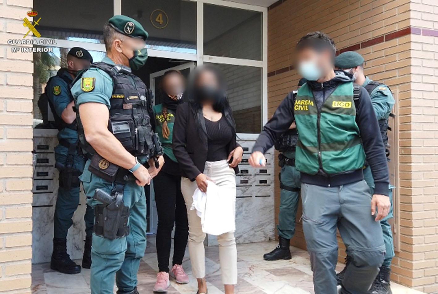 La organización criminal controlaba a 30 mujeres, a las que explotaba sexualmente.