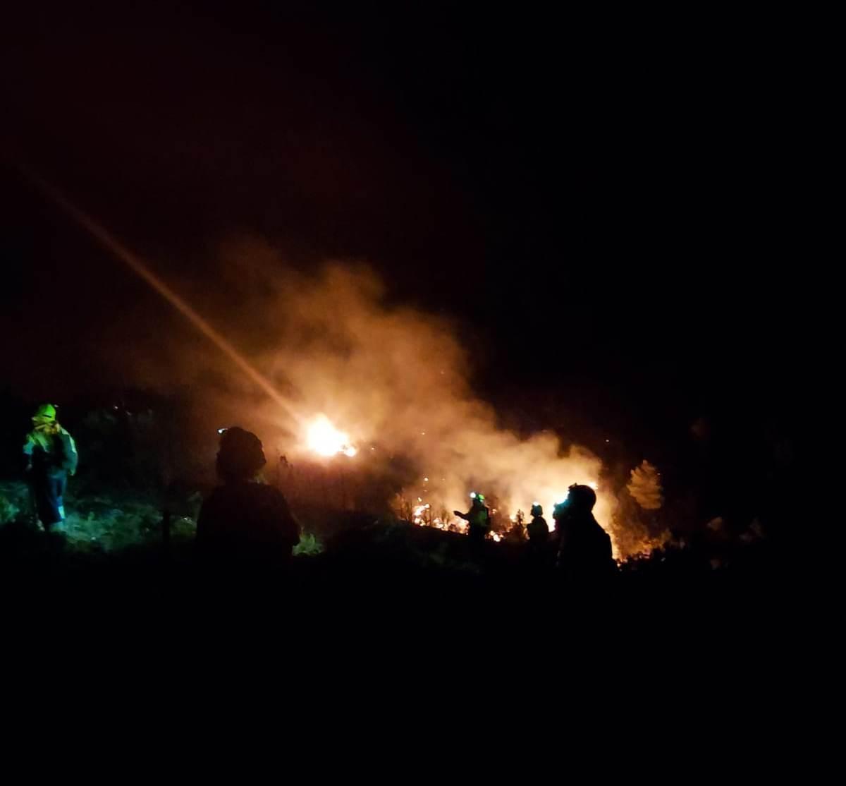 Los equipos de extinción han trabajado durante toda la noche en el incendio de Víllora.