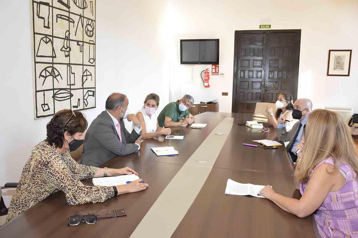 Reunión de trabajo entre representantes de la UCLM y el Ayuntamiento de Toledo.