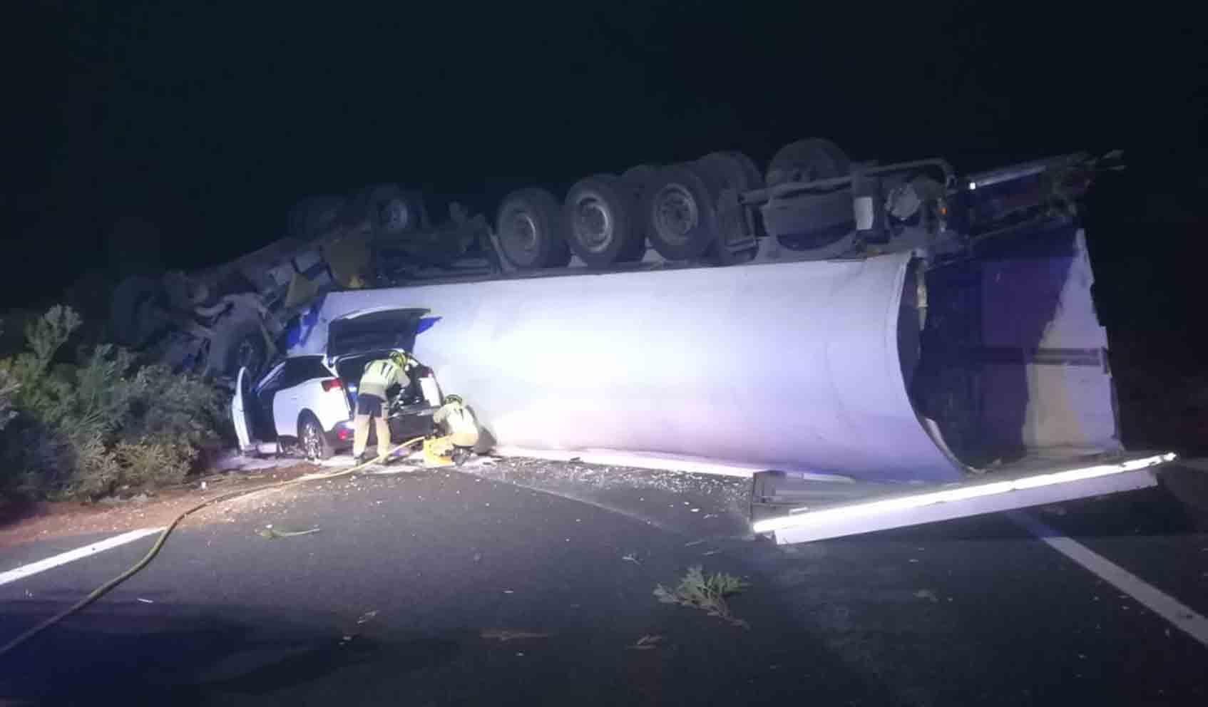 Imagen del accidente entre un camión y un turismo en la A-3. Foto: Bomberos de Cuenca.