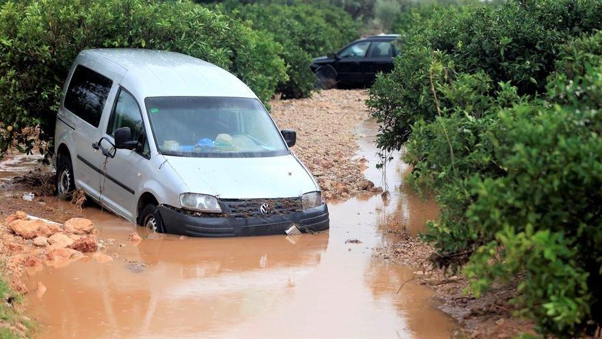 Coches atrapados por la riada en Iniesta (Cuenca). Foto: EFE/ Domenech Castelló.