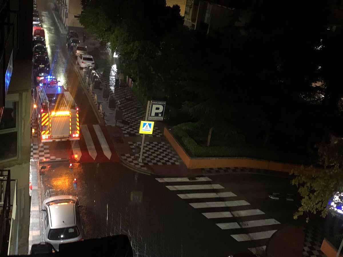Bomberos actuando en Cuenca, en la noche del martes
