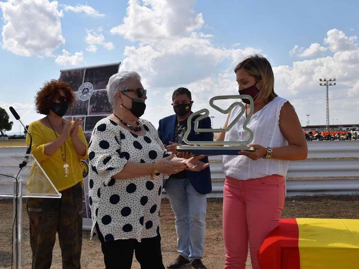 La hija del piloto Román Muñoz recibiendo una réplica a escala del monolito instalado en la curva que lleva su nombre en el Circuito de Velocidad de Albacete