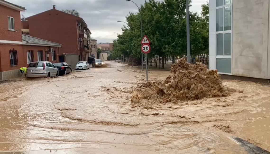 El agua ha salido por todos los lados en el barrio de Azucaica.