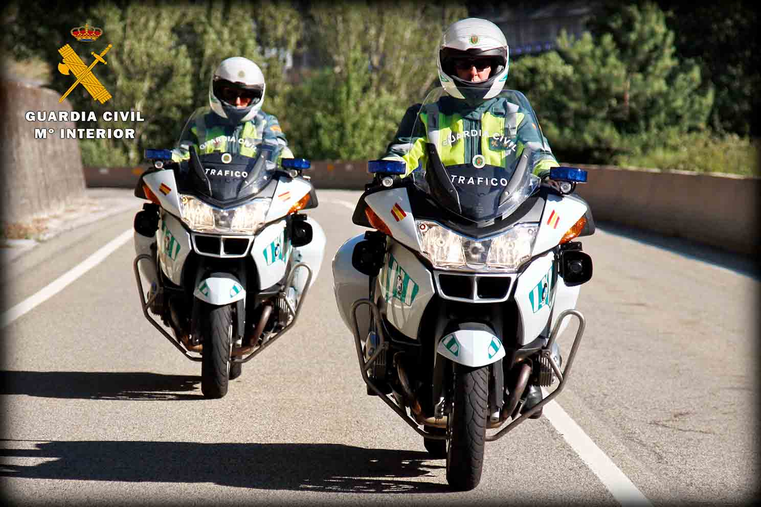 Imagen de dos agentes de la Guardia Civil sobre sus motocicletas.