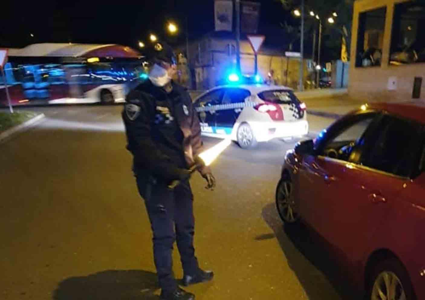 La Policía Local de Toledo despertó al joven que dormía en su vehículo, en mitad de la calzada.