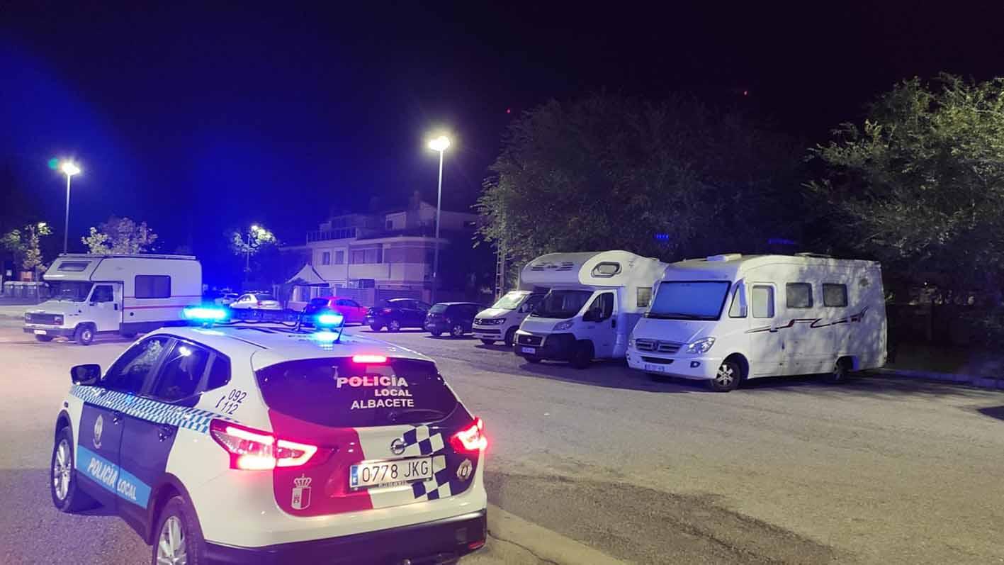 Un coche de la Policía Local de Albacete, patrullando. Foto: @PoliciaAlbacete