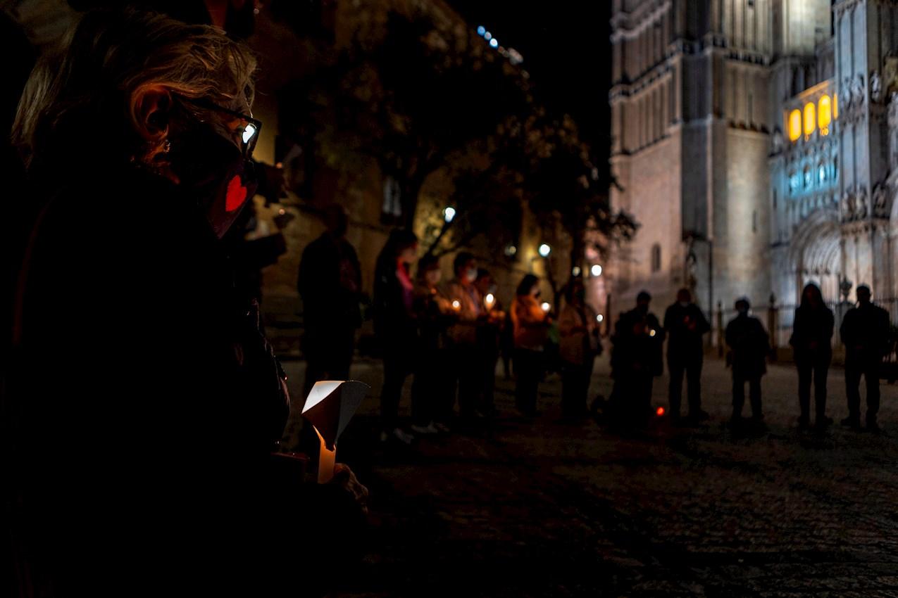 Un grupo de feligreses se reúne hoy domingo frente a la Catedral Primada de Toledo para rezar el rosario en un acto de reparación por la publicación de un vídeo musical de C. Tangana y Nathy Peluso en el interior del templo. EFE/ Ángeles Visdómine.