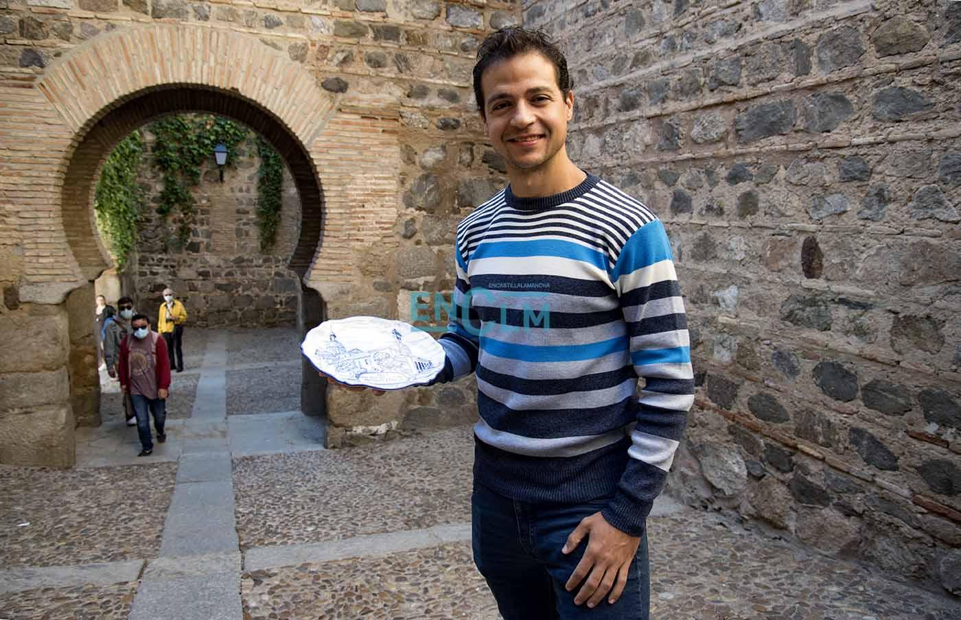 Christian López, con un plato de cerámica, premio deportivo que recibió de la Diputación en 2019. Foto: Rebeca Arango