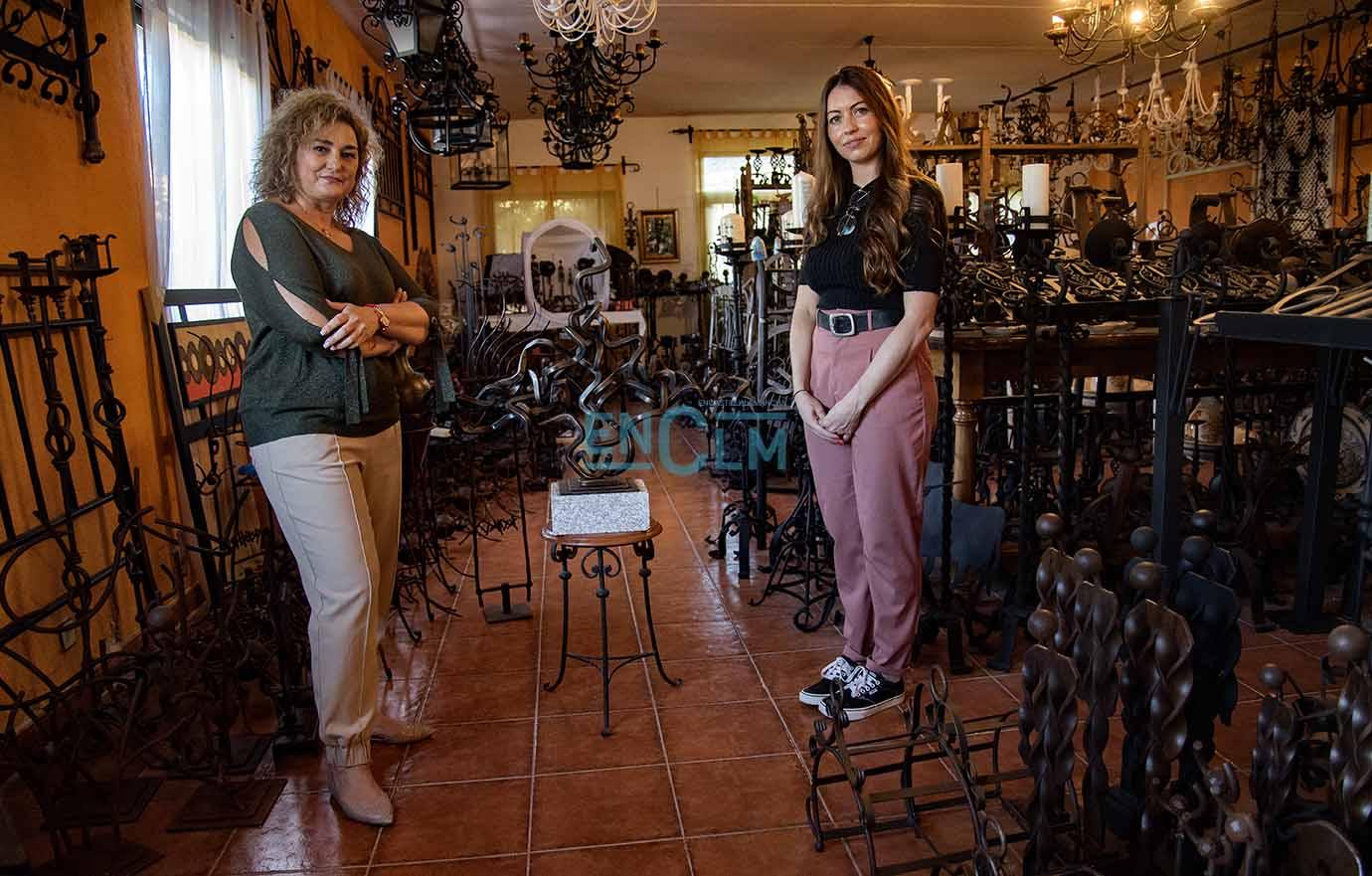 Cristina Cebas, alcaldesa de Alcaudete de la Jara (Toledo) y diputada provincial de Educación y Cultura; junto a Elena Martín, hija de Nono. Foto: Rebeca Arango.