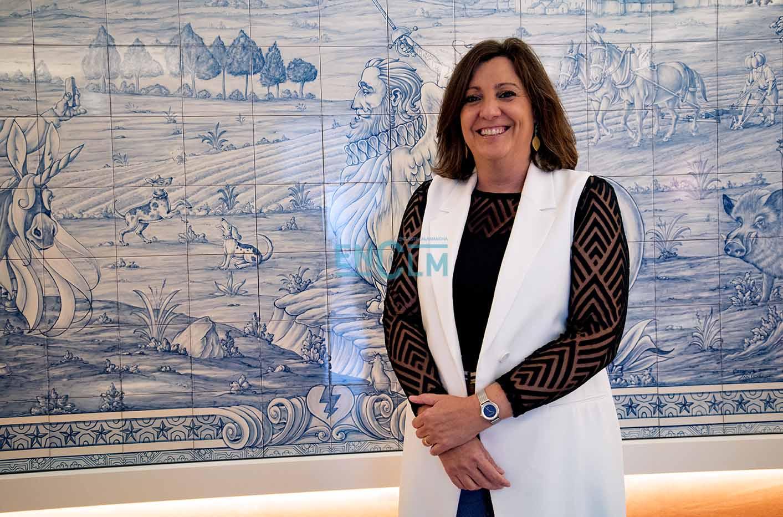 """La consejera de Economía, Empresas y Empleo, Patrica Franco, ante un mural de cerámica de Talavera del salón """"Adunia"""" que se muestra en Farcama."""