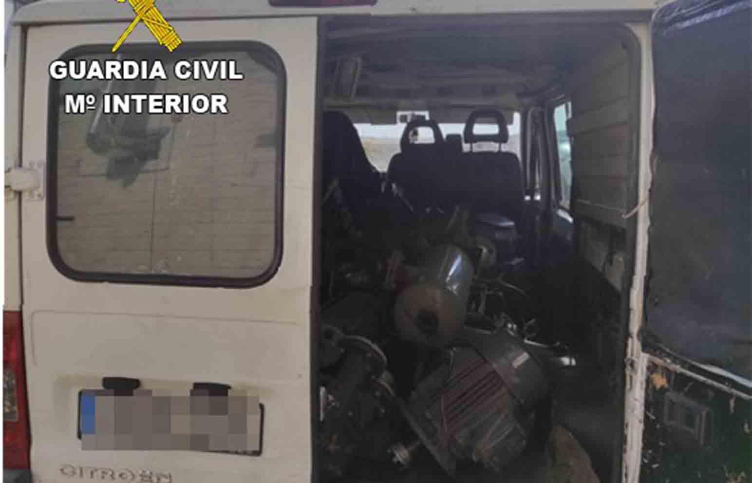 En una furgoneta estaban cargando todo el material robado.