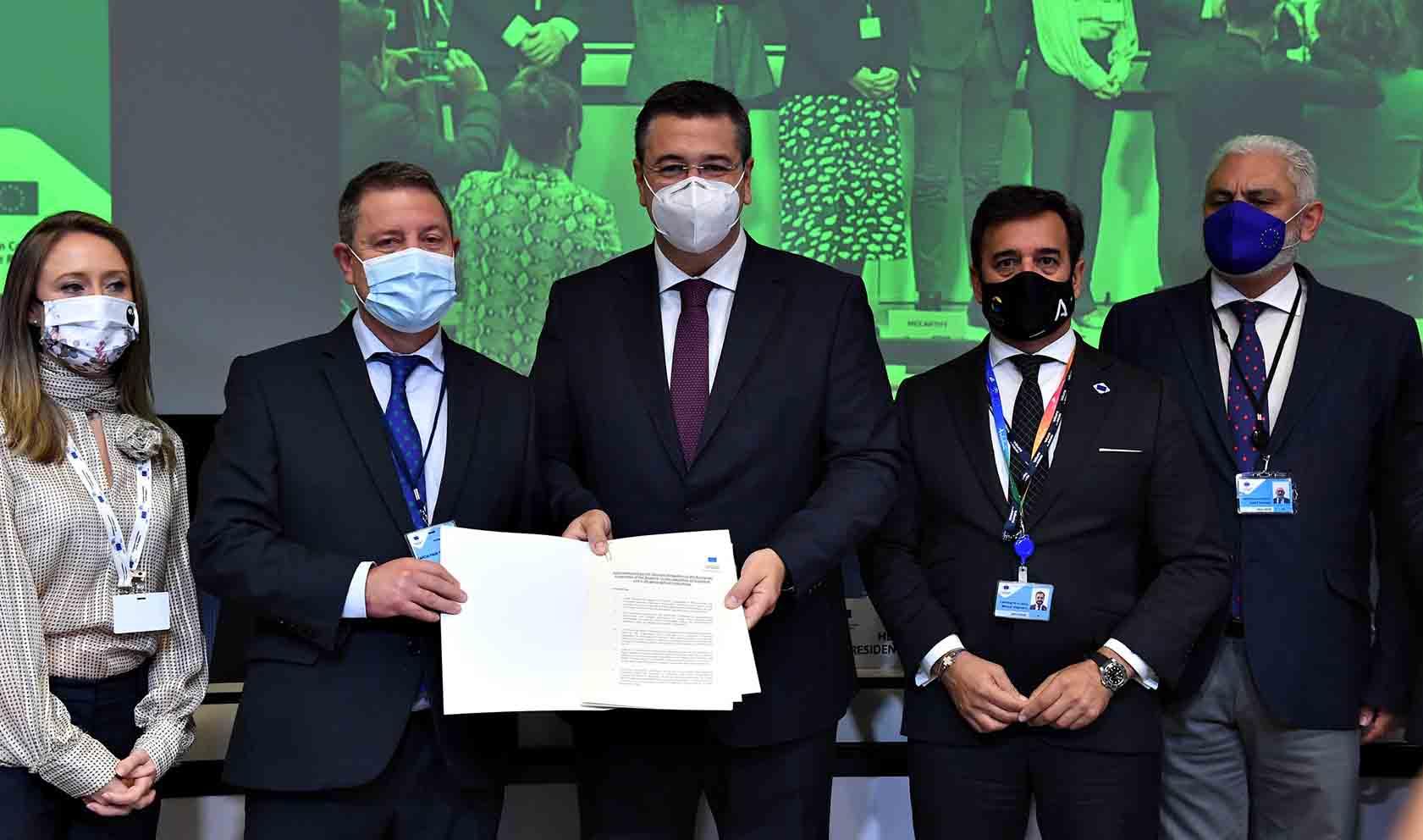Page ha defendido la iniciativa de Castilla-La Mancha para proteger la industria y artesanía.