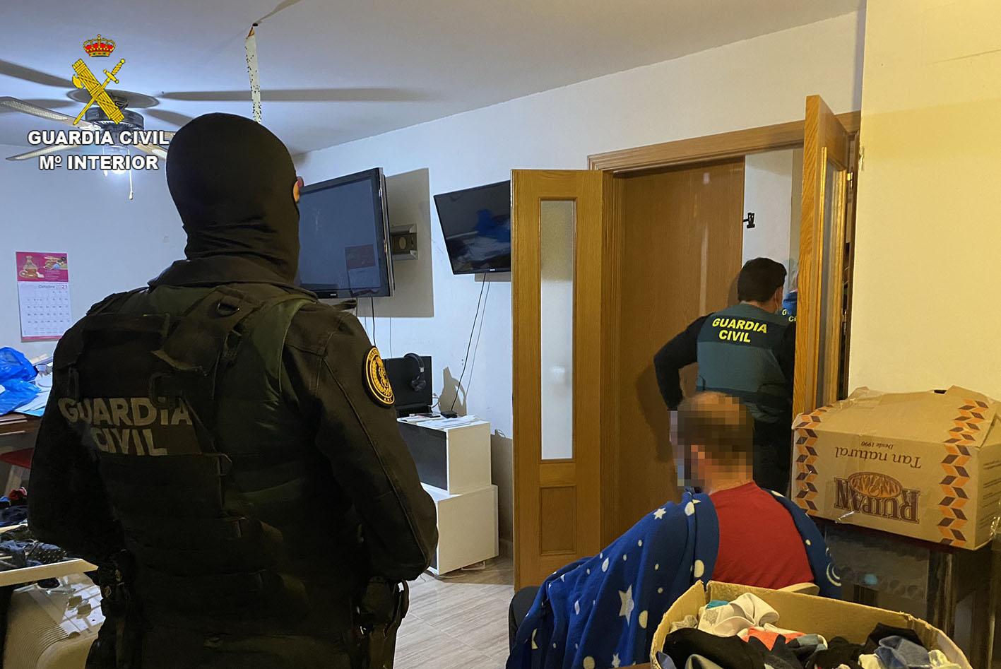 El detenido, durante el registro llevado a cabo en su casa.